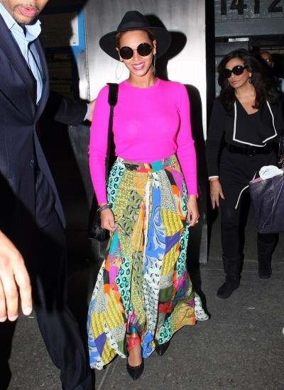Foto Beyoncé, rosa flúor y multicolor
