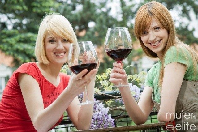 Foto Una copa de vino o una caña pequeña de cerveza, opciones saludables
