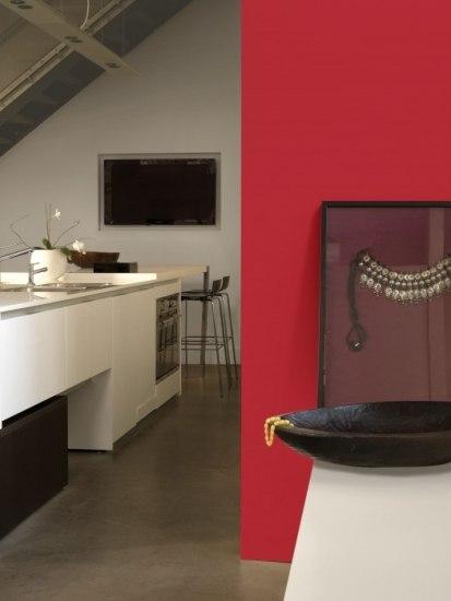 Foto El rojo para crear contraste en la cocina