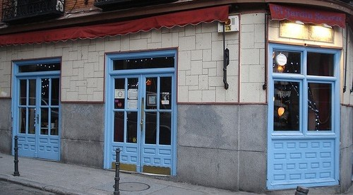 Foto Las clásicas puertas azules de El Jardín Secreto