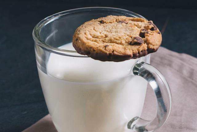 Foto Un vaso de leche con galletas antes de dormir