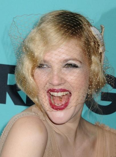 Foto Drew Barrymore opta por el piercing en la lengua