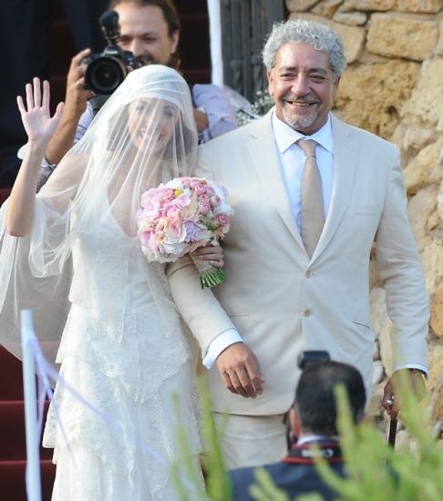 Foto Anna Ortiz del brazo de su padre, en el día de su boda con Andrés Iniesta