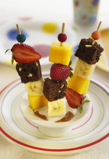 Foto Brochetas de bizcocho con frutas para tu buffet de verano