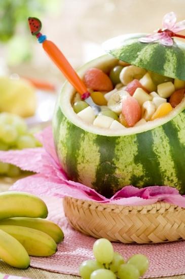 Foto Original postre de frutas para un buffet de verano