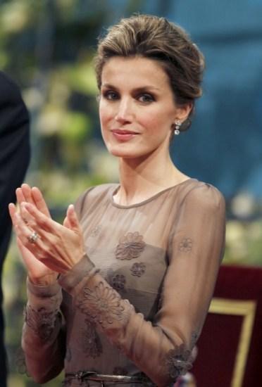 Foto La princesa Letizia, muy elegante con recogido y pendientes