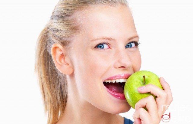 Foto Comer manzanas combate el mal aliento