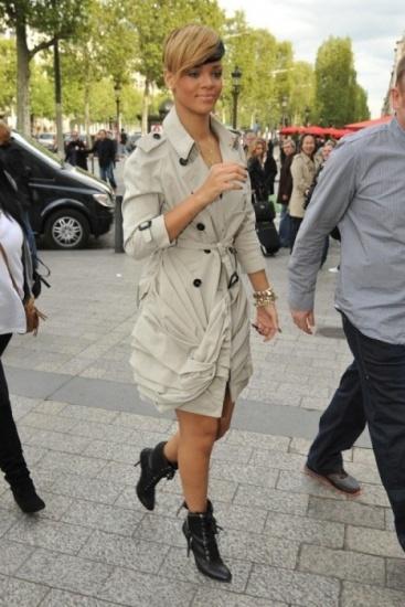 Foto Rihanna con original trench con pliegues de Burberry