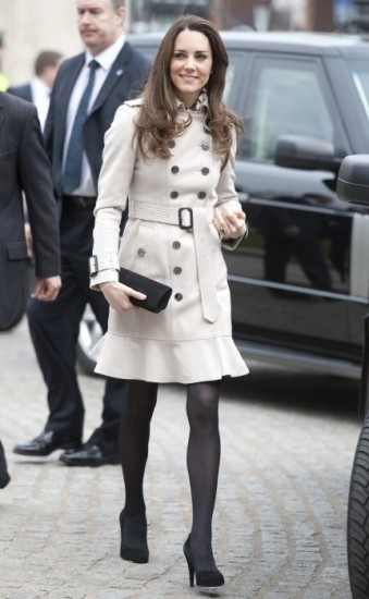 Foto Kate Middleton luciendo trench con volante