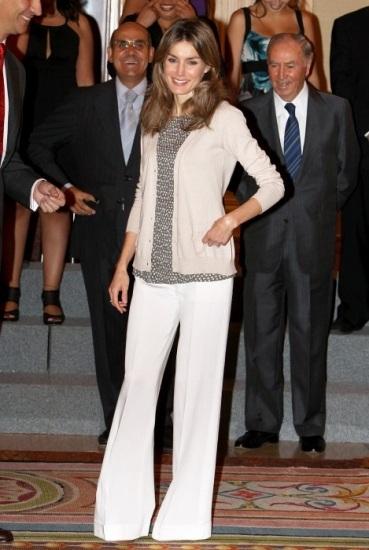 Foto Doña Letizia se ha unido a la moda de la pata de elefante