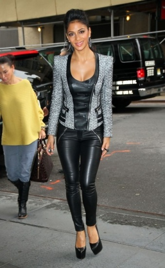 Foto Nicole Scherzinger dulcifica el look gótico con chaqueta de tejido combinado