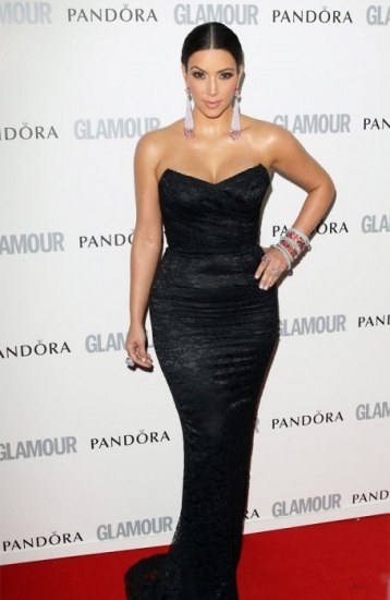 Foto Kim Kardashian combina el vestido negro con adornos brillantes