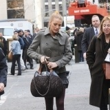 Blake Lively con maxi bolso y trench