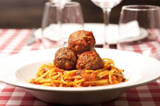 Foto Espaguetis con albóndigas