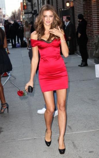 Foto Un vestido rojo y ajustado no puede fallar