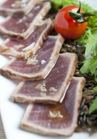 Foto Tataki de atún con vinagreta de sésamo, soja y jengibre