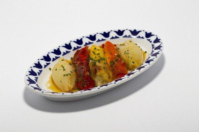 Foto Escalibada de verduras con pechuga de pollo confitada