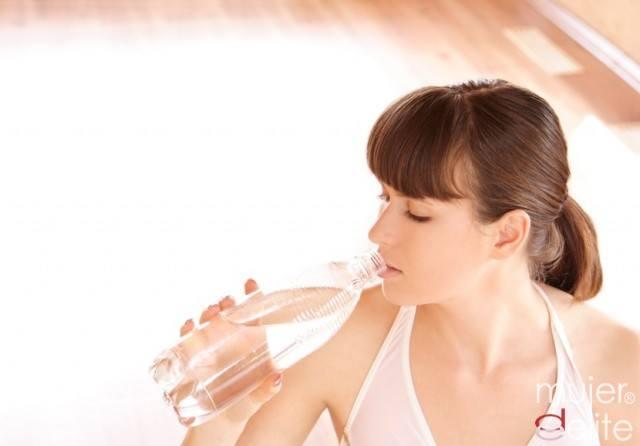 Foto Bebe mucha agua antes de una clase de Bikram Yoga
