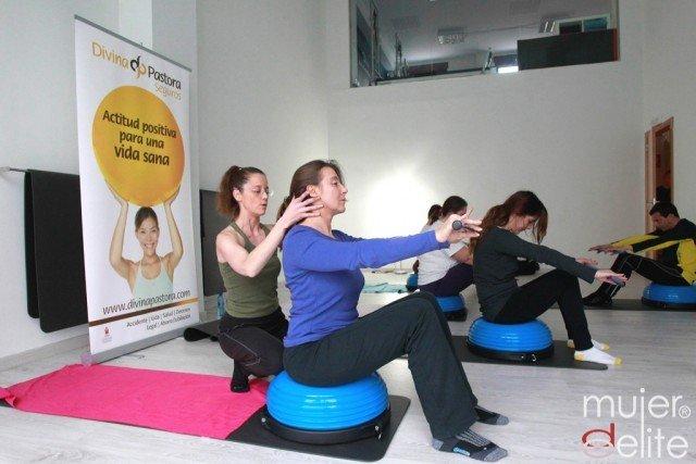 Foto Emilie Baudoin, experta en Pilates, en una de sus clases para combatir la osteoporosis