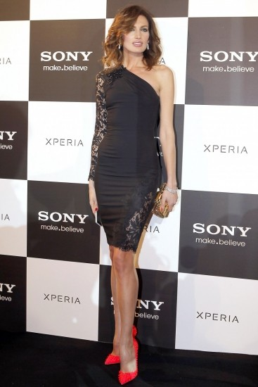 Foto Nieves Álvarez con vestido asimétrico en la presentación de un nuevo teléfono móvil