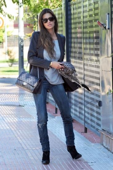 Foto Sara Carbonero con blazer y jeans en uno de sus looks diarios