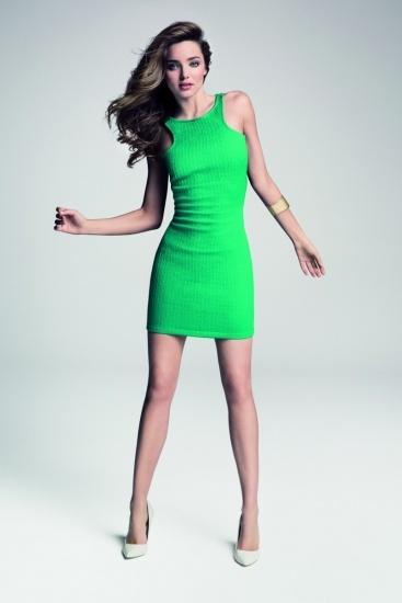 Foto Miranda Kerr viste de color verde para la campaña de primaveraverano de Mango