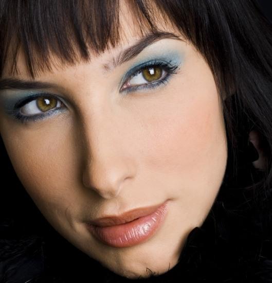 Foto Maquillaje de ojos en azul turquesa paso a paso