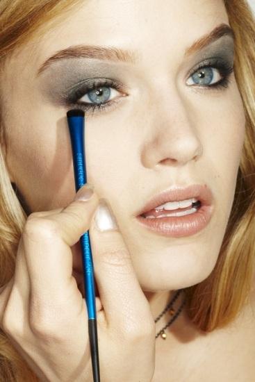 Foto Cómo aplicar las sombras en el maquillaje de ojos azul turquesa