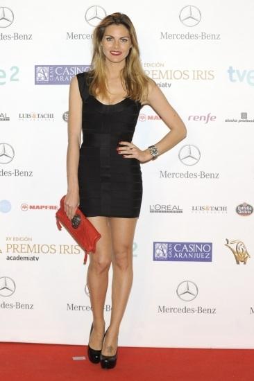 Foto Amaia Salamanca con un Little Black Dress y bolso de mano rojo