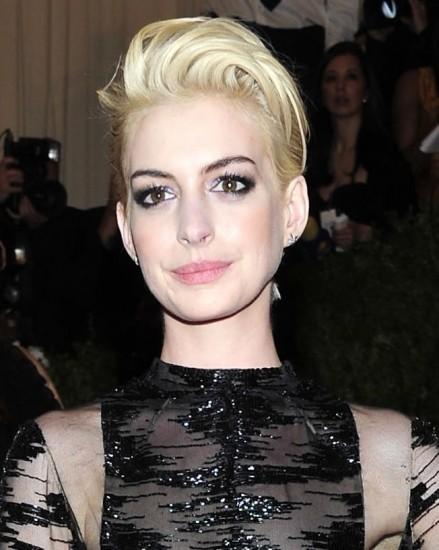 Foto Anne Hathaway y su maquillaje Glam Rock light