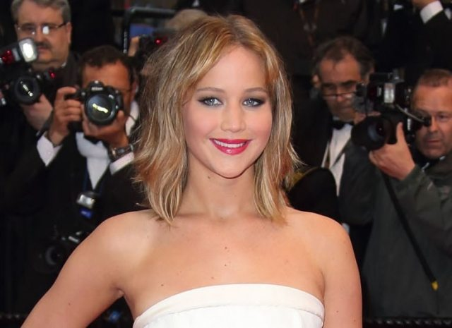 Jennifer Lawrence con corte bob media melena y mechas rubias