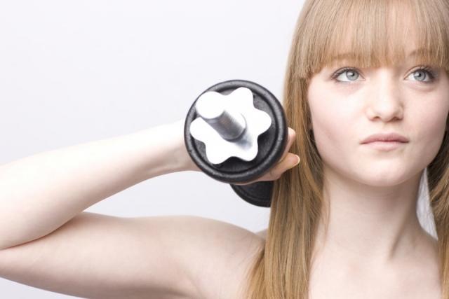 Foto Elige pesas de mano con discos de diferente peso para crear tu propio gimnasio en casa