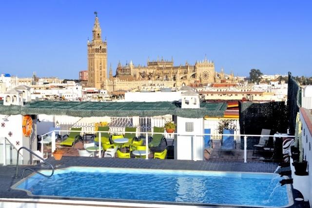 Vistas desde la piscina del hotel b cquer en sevilla for Follando en la piscina del hotel