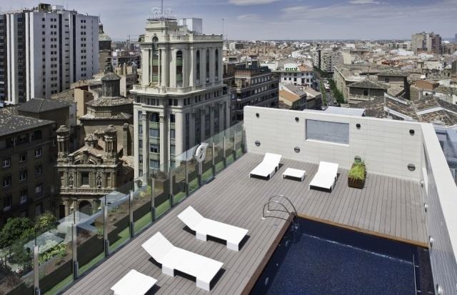 terraza con piscina en el hotel alfonso de zaragoza