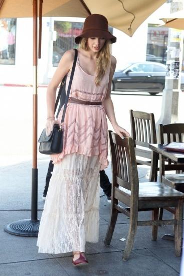 Foto Taylor Swift con estilo bohemio luce falda larga