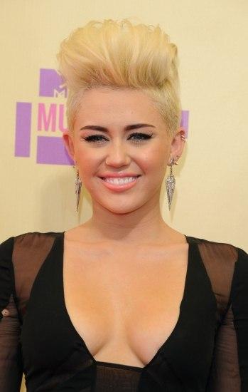 Foto Miley Cyrus con corte pixie en rubio y tupé