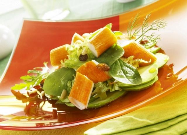 Foto Ensalada de aguacate con frutos secos y surimi