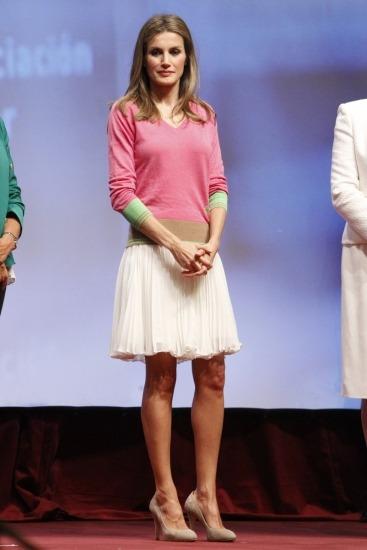 Foto La princesa Letizia presume de piernas con una falda plisada por encima de la rodilla