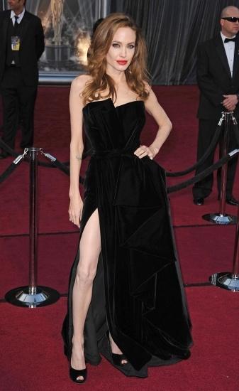 Foto Angelina Jolie y su famoso posado con el vestido de terciopelo negro en los Oscar 2012