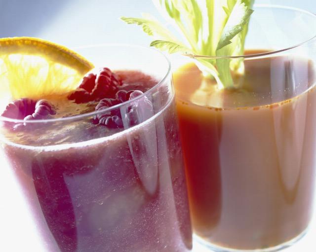 Foto Zumos de fruta depurativos y llenos de vitaminas para el verano