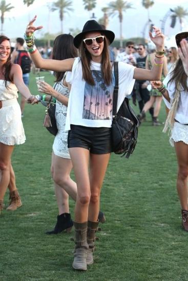 Foto Miranda Kerr apuesta por unos shorts y una camiseta suelta para disfrutar de un día en el campo