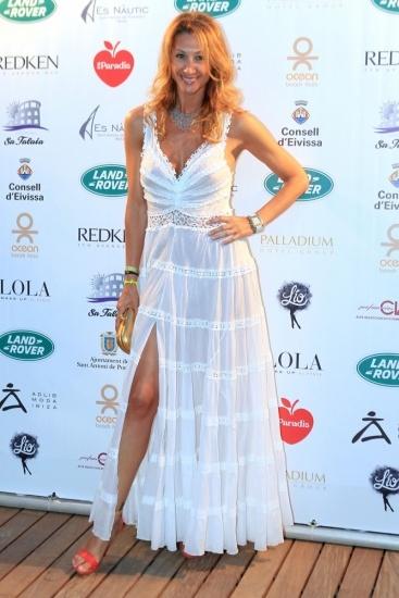 Foto Mónica Pont luce pierna con vestido ibicenco