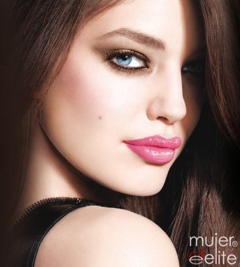 Foto Emily DiDonato con maquillaje pop style