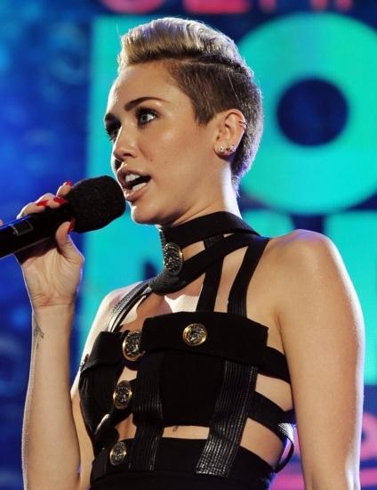 Foto Miley Cyrus saca su lado más provocador jugando con la gomina en sus divertidos peinados