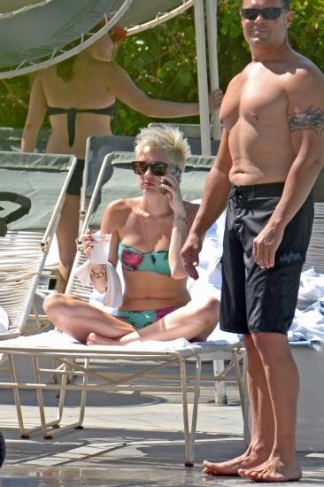 Foto Miley Cyrus con un bikini de banda estampado