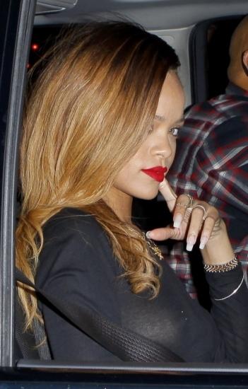 Foto Rihanna opta por el color rojo para sus labios este verano
