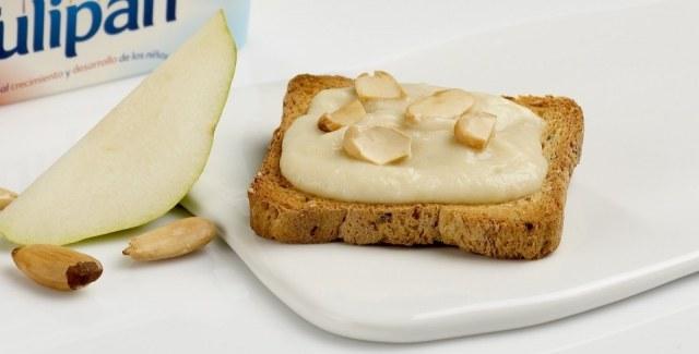 Foto Puré de peras con almendras sobre tostada, un desayuno perfecto para los niños en verano