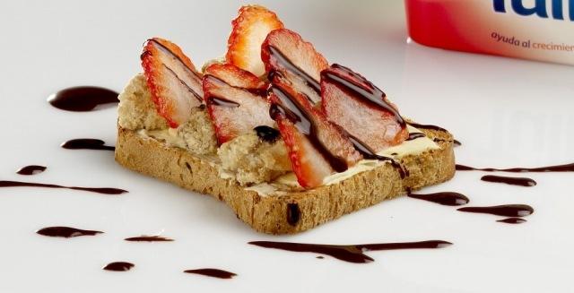 Foto Tostada de fresas con nueces, una delicia para desayunos y meriendas infantiles en verano