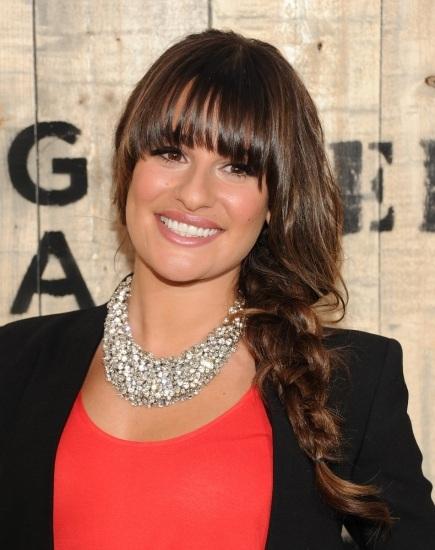 Lea Michele sujeta su larga melena en una trenza ladeada y un recto
