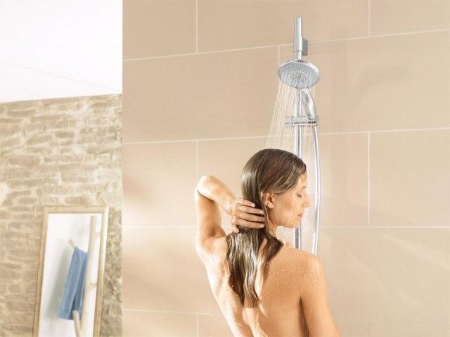 Foto No dudes en darte una ducha de agua fría o un refrescante baño en el mar o la piscina para sobrellevar el calor